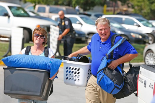 Volunteers help more than 900 students move into residence halls
